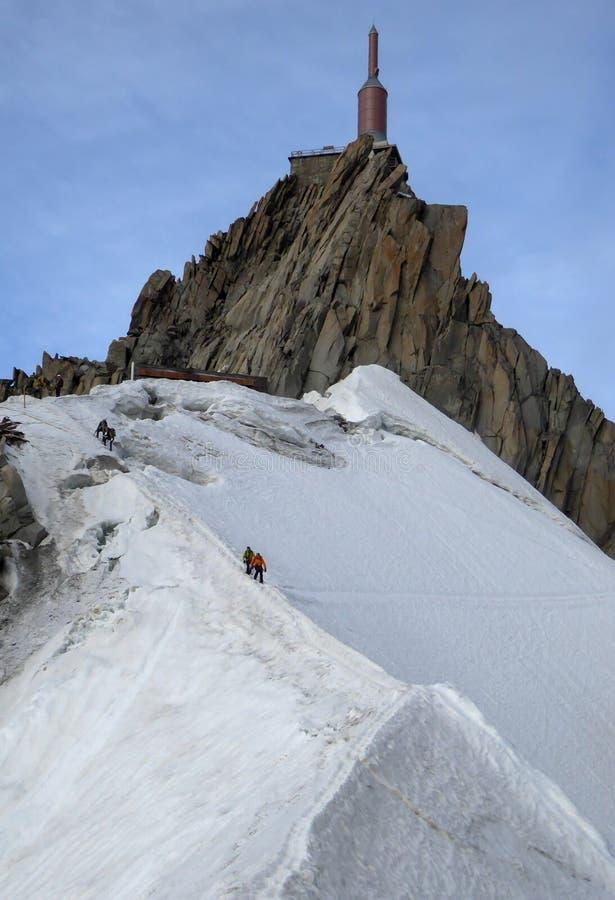 Гид и клиент горы на узком гребне снега под Aiguille du Midi в Франции стоковые изображения rf