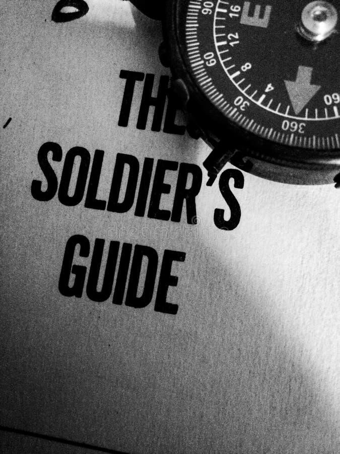 гид 1961 солдата с компасом в угле стоковые фото