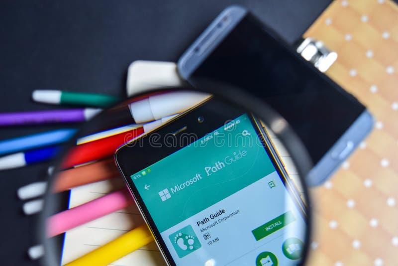 Гид App пути в увеличивать на экране Smartphone стоковое фото