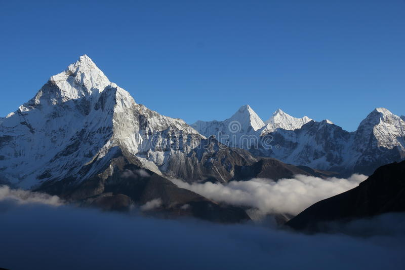 Гималаи dablam ama стоковые фото