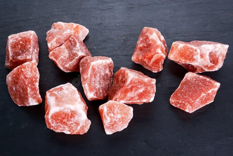 Гималайское розовое кристаллическое соль на темной предпосылке стоковая фотография