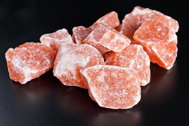 Гималайское розовое кристаллическое соль на темной предпосылке стоковое фото