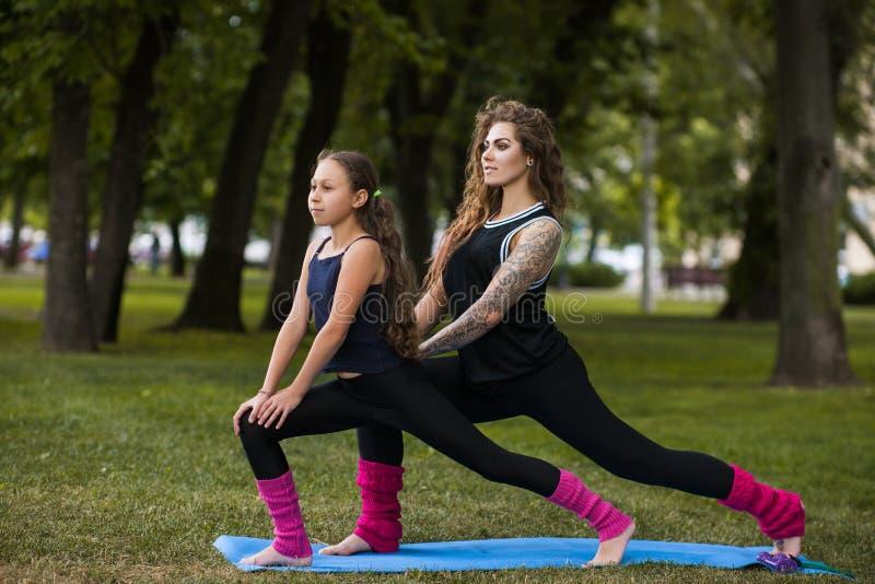 Гимнастика сыгранности Активный образ жизни женщин стоковое изображение rf