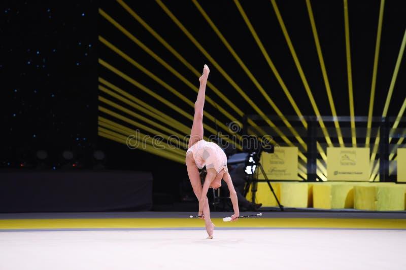 Гимнаст выполняет на конкуренции звукомерной гимнастики стоковое фото rf