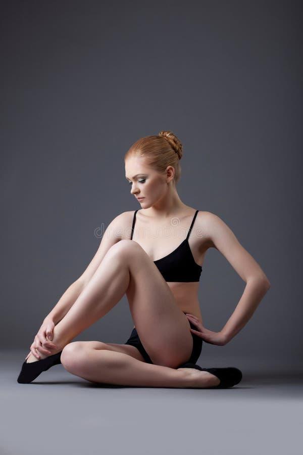 гимнаст девушки красотки черный ослабляет верхнюю часть стоковая фотография rf