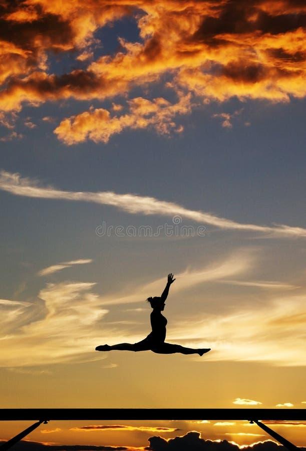 Гимнаст на луче баланса стоковая фотография rf