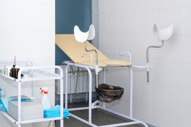 Гинекологический шкаф со стулом и другое медицинское оборудование в современной клинике Медицина оборудования, медицинская мебель стоковые фотографии rf