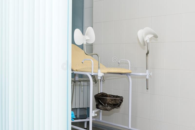 Гинекологический шкаф со стулом и другое медицинское оборудование в современной клинике Медицина оборудования, медицинская мебель стоковое фото