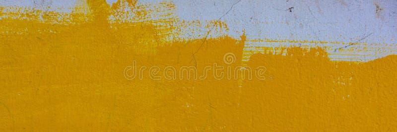 Гипсовый цемент покрытый с желтой краской, поверхность стены стоковое изображение rf