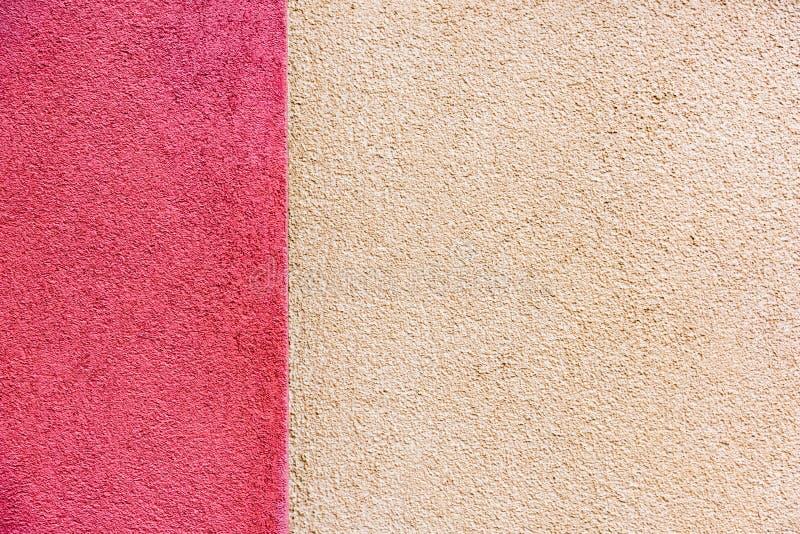 Гипсолит фасада дома в цветах пинка и сливк стоковые фото