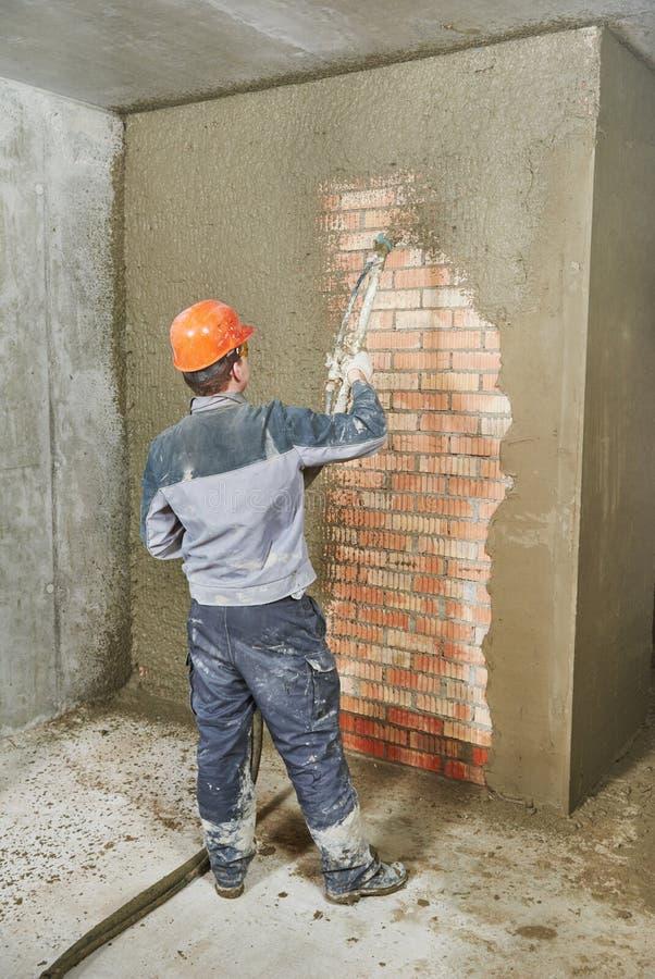 Гипсолит штукатура распыляя на стене стоковая фотография rf
