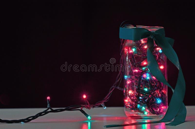 гирлянда в опарнике с красочным светом на черной предпосылке стоковые изображения rf