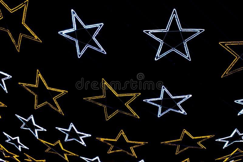 Гирлянда от звезд желтых и белых цветов вечером стоковые изображения