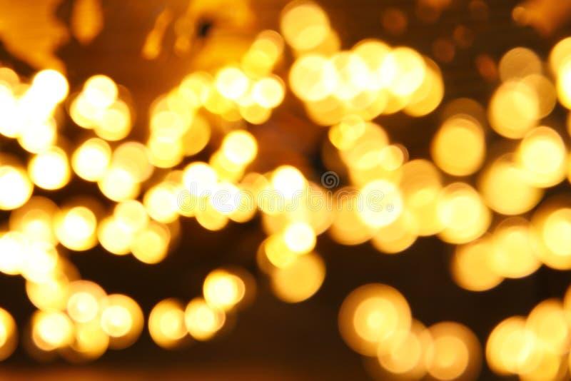гирлянда яркого блеска освещает предпосылку черное золото де-сфокусированный стоковое изображение rf