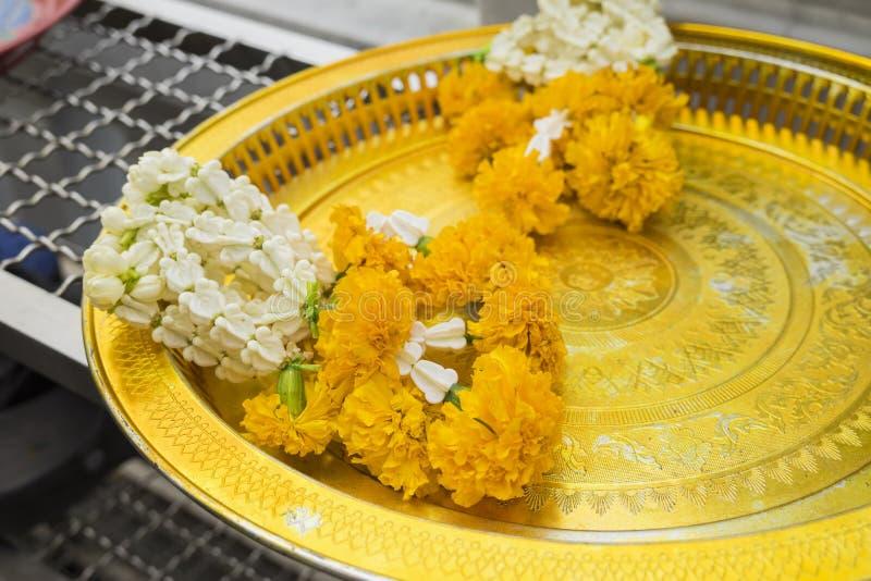 Гирлянды цветка в тайском типе Предложения буддизма стоковое фото rf