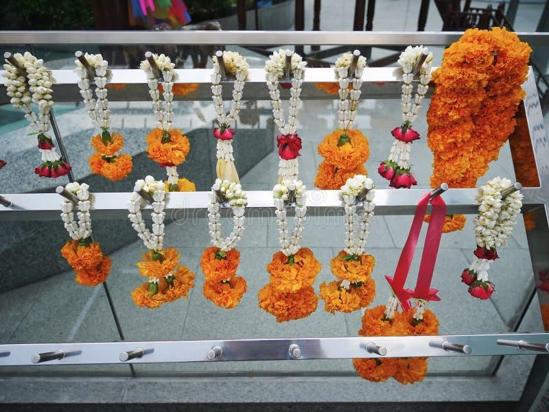 Гирлянды цветка для молить на буддийском виске стоковая фотография rf