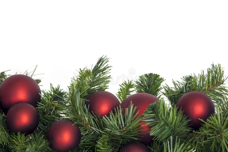 Гирлянда рождества с красными безделушками стоковое изображение rf