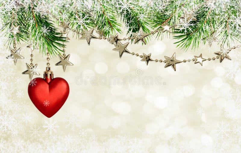 Гирлянды рождества с звездами и красное украшение сердца на holida стоковые фото