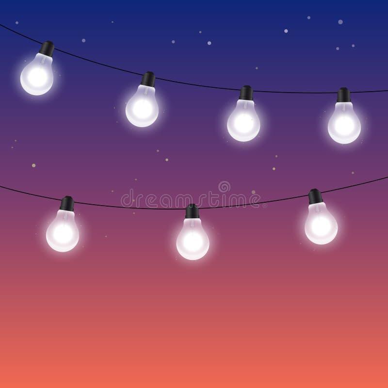Гирлянды электрических лампочек против неба ночи звёздного бесплатная иллюстрация
