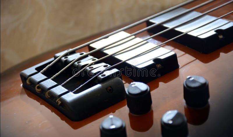 Гитара винтажного табака басовая стоковые фотографии rf