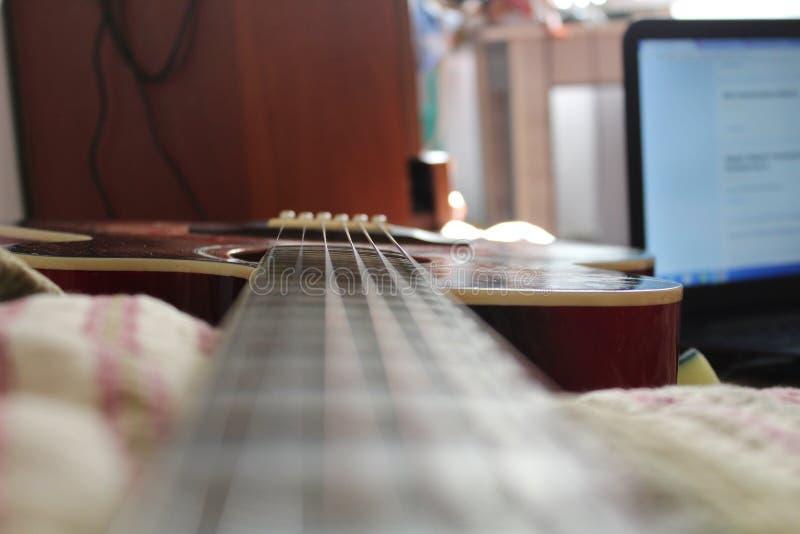 Гитара в домашней студии стоковое фото