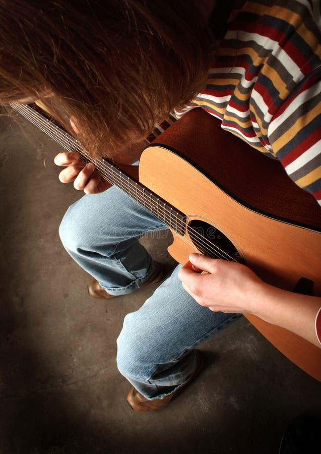 гитара другой играть фото видит стоковое фото