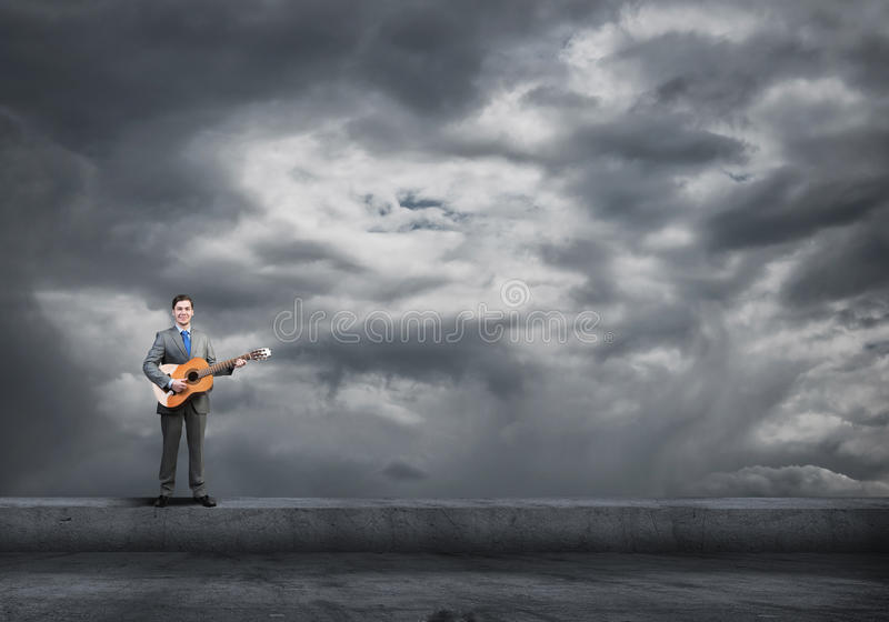 Гитара игры бизнесмена стоковая фотография rf