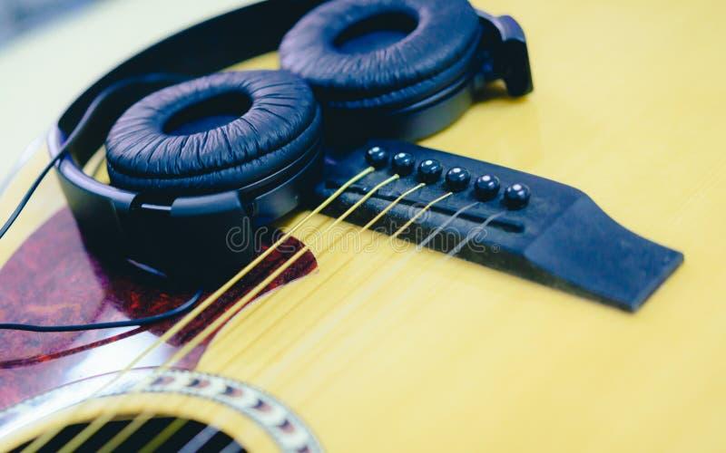 Гитара и наушники крупного плана акустическая стоковое изображение rf