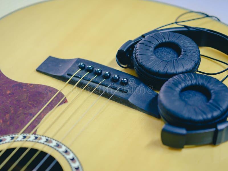 Гитара и наушники крупного плана акустическая стоковые изображения