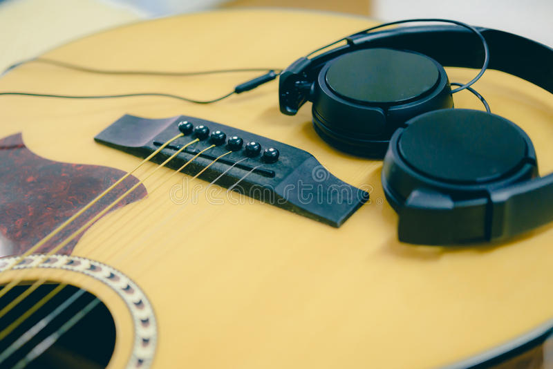 Гитара и наушники крупного плана акустическая стоковое фото rf