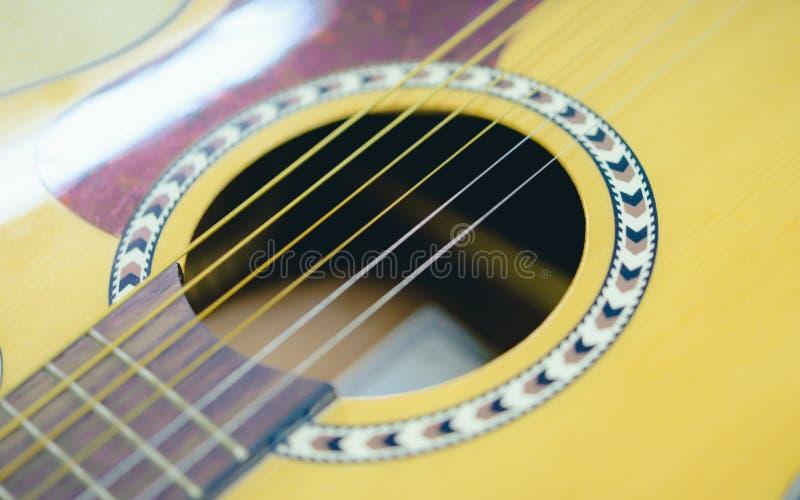 Гитара и наушники крупного плана акустическая стоковые изображения rf