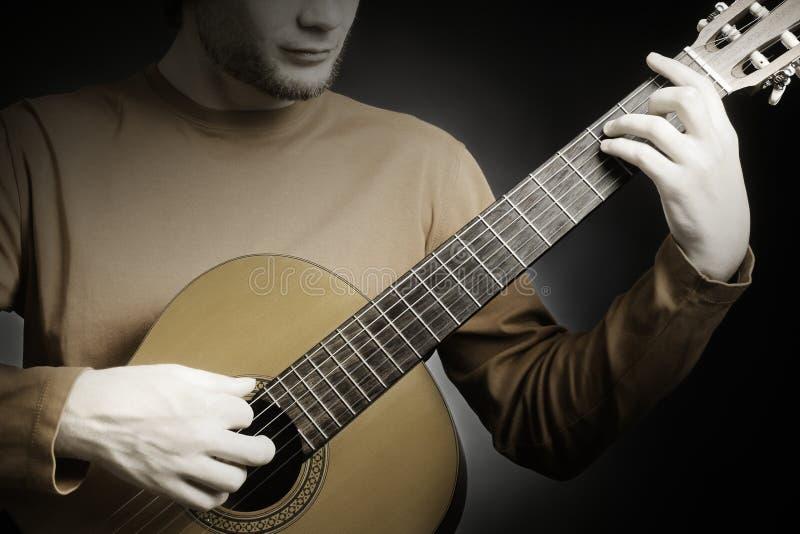 Гитара крупного плана с руками гитариста стоковое изображение rf