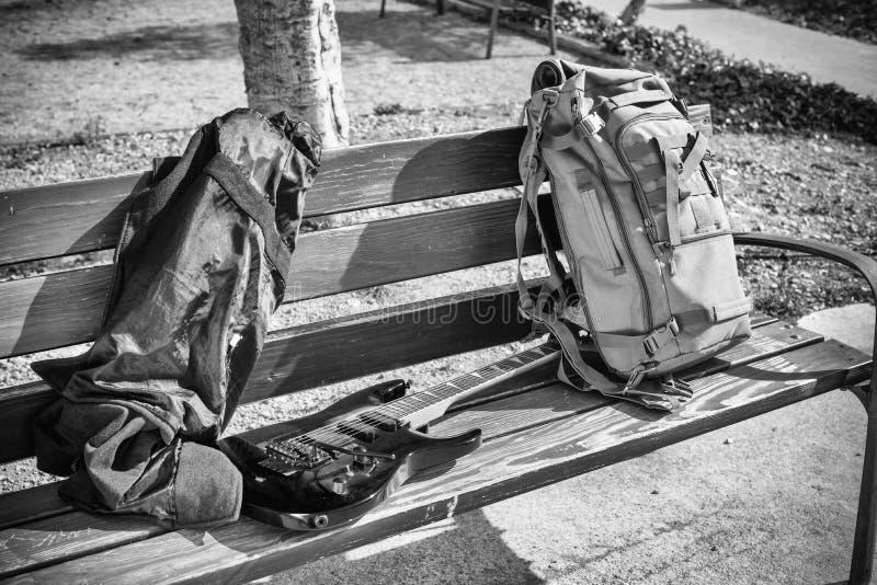 Гитара на скамейке в парке стоковая фотография