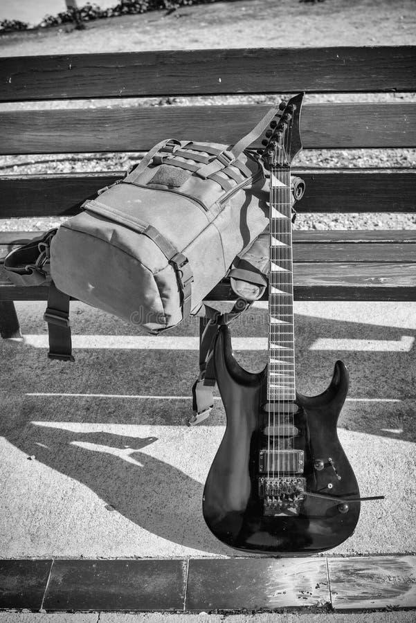 Гитара на скамейке в парке стоковая фотография rf