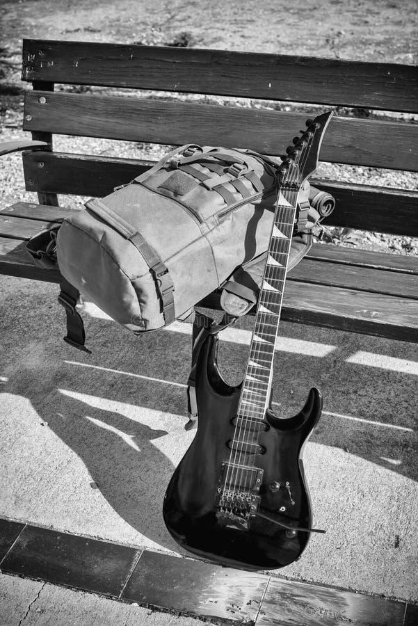Гитара на скамейке в парке стоковые фотографии rf