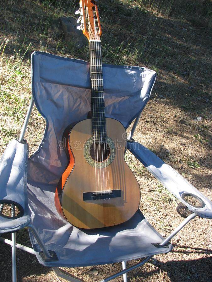 Гитара на стуле стоковое фото