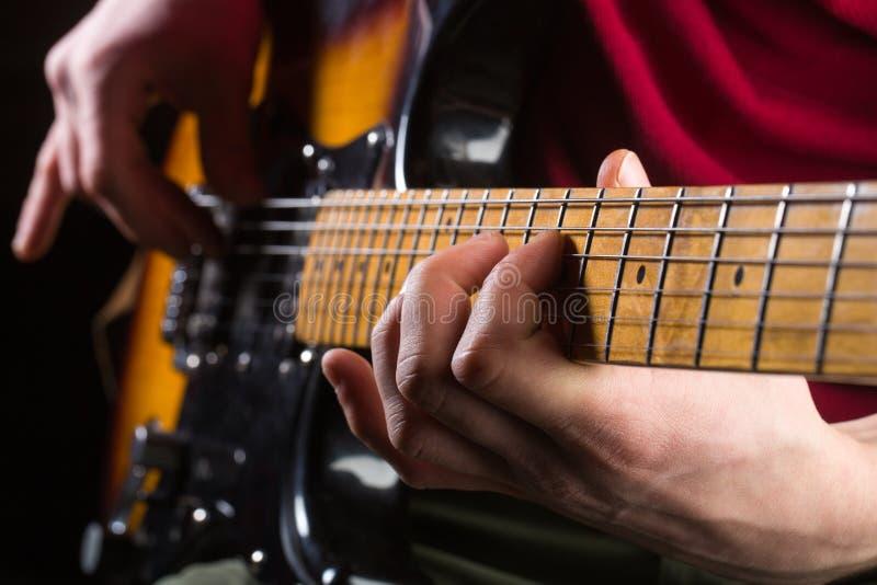 Гитара, строка, гитарист, утес музыканта саксофон части аппаратуры hornsection музыкальный Электрическая гитара, рок-концерт Игра стоковое изображение rf