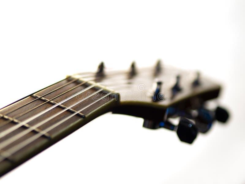 6 - гитара строки акустическая на белой предпосылке стоковое фото
