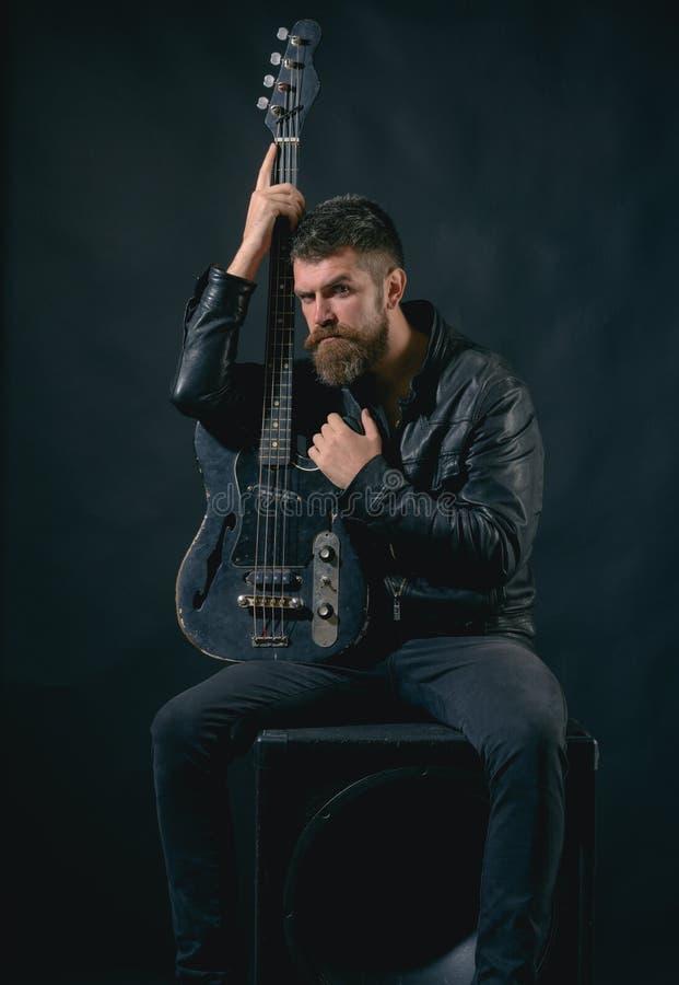 гитара я мой Бородатая гитара владением человека Панковская рок-звезда с бородой на серьезной стороне нот жизни мое В поисках стоковое изображение