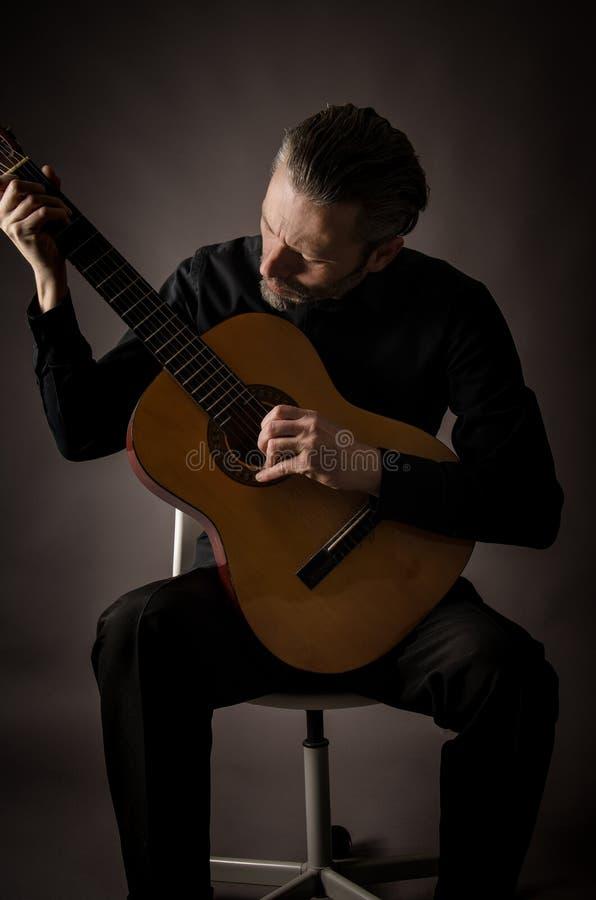 Гитарист в студии стоковые изображения rf