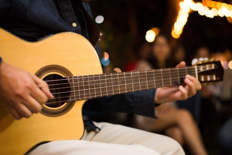 гитарист гитары темноты согласия предпосылки черный изолировал силуэт игрока стоковое фото