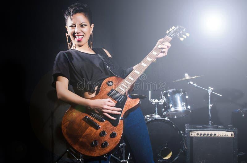 Гитарист женщины стоковая фотография