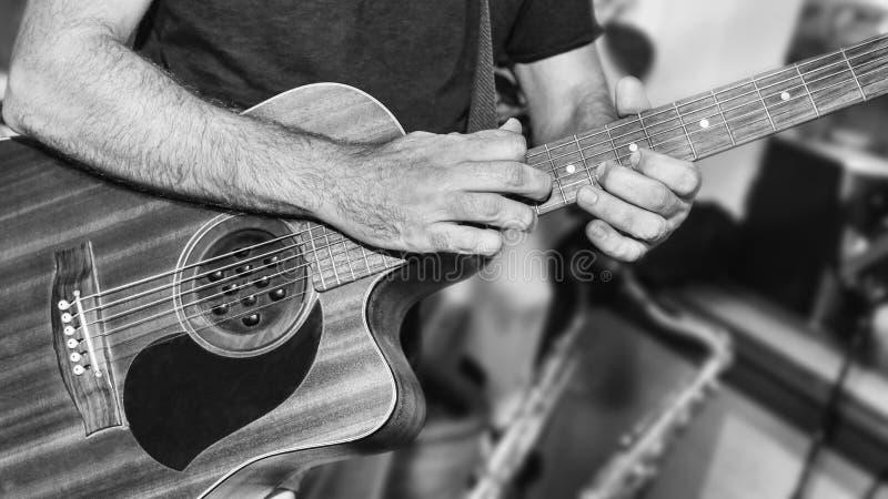 Гитарист играет запев в студии стоковые изображения rf