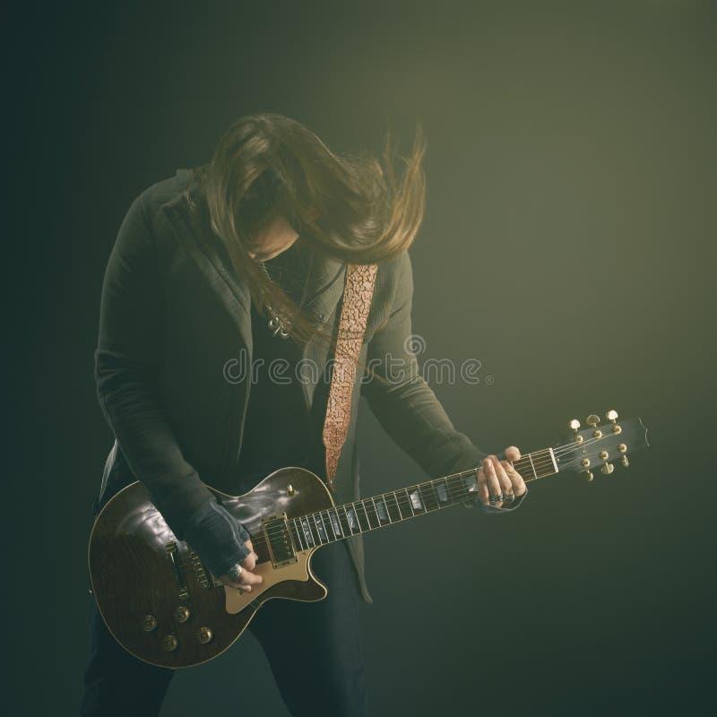 Гитарист играет solo стоковые фото