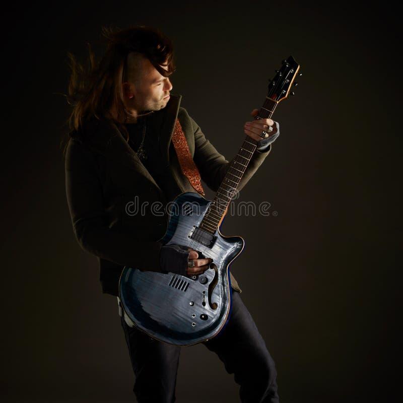 Гитарист играя рок-музыку стоковое изображение