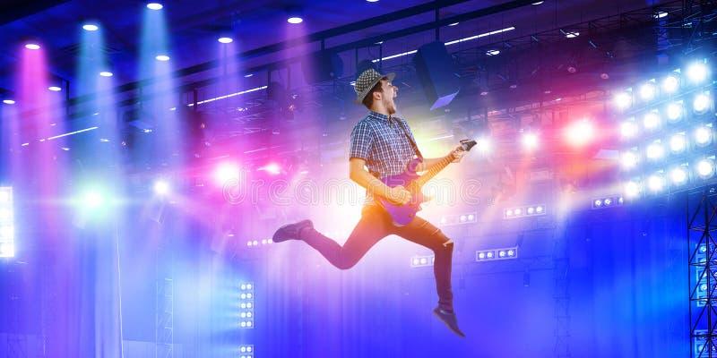Гитарист на концерте Смешанные носители стоковая фотография
