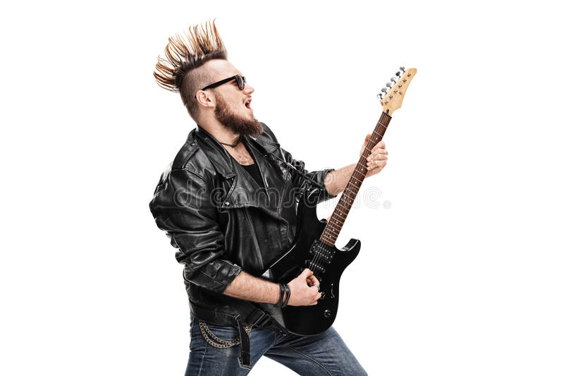 Гитарист панковского утеса играя электрическую гитару стоковые изображения rf
