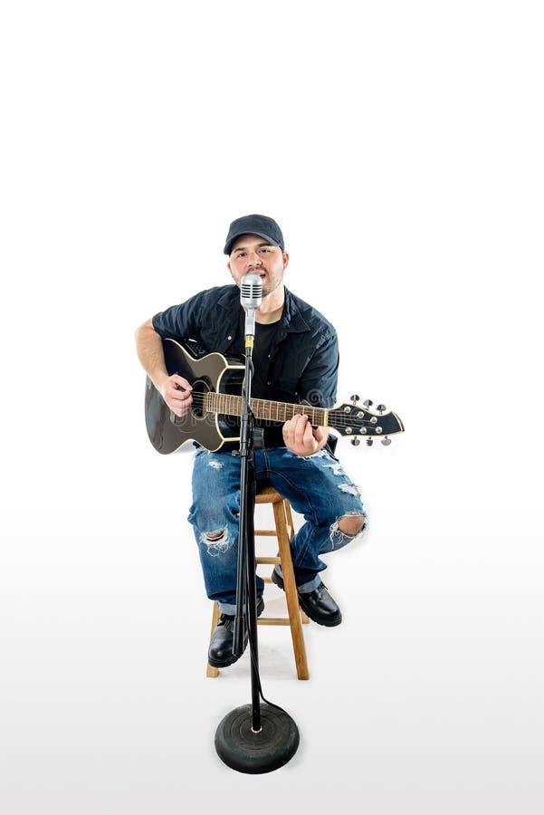 Гитарист певицы акустический на белизне с шляпой стоковые изображения rf
