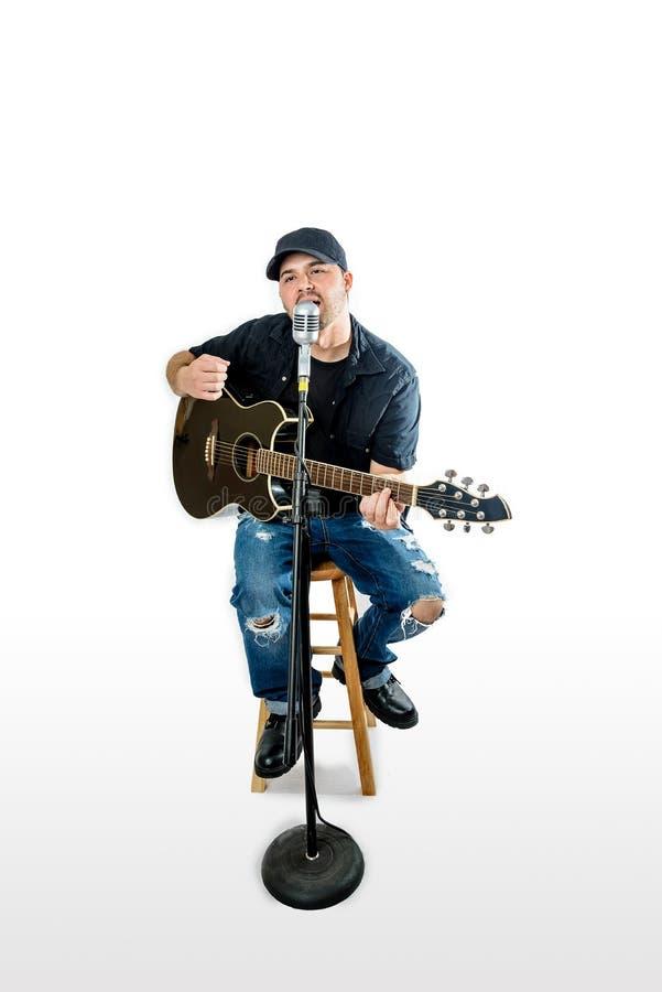 Гитарист певицы акустический на белый тренькать стоковая фотография rf