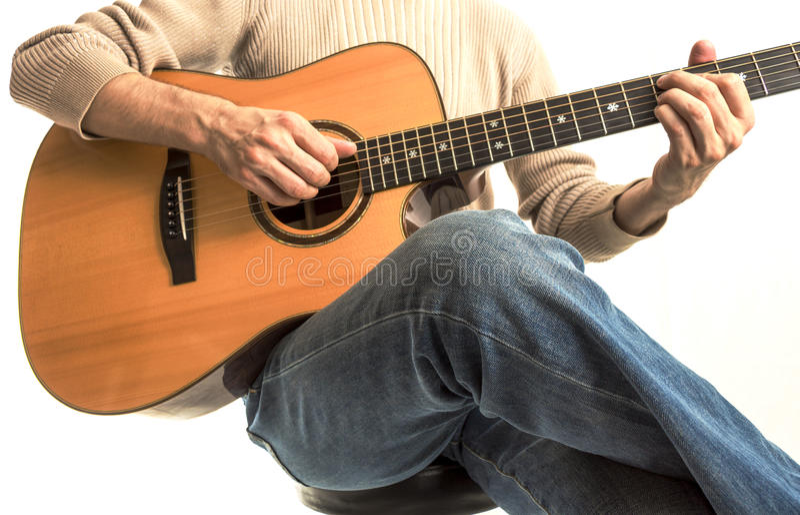 Гитарист с его акустической гитарой стоковая фотография rf